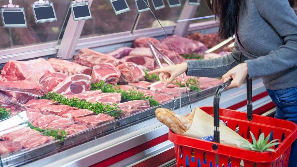 Женщина выбирает мясо в магазине meat store