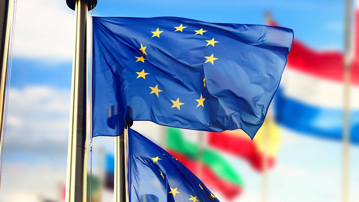 Флаги ЕС развеваются перед зданием Европейского парламента
