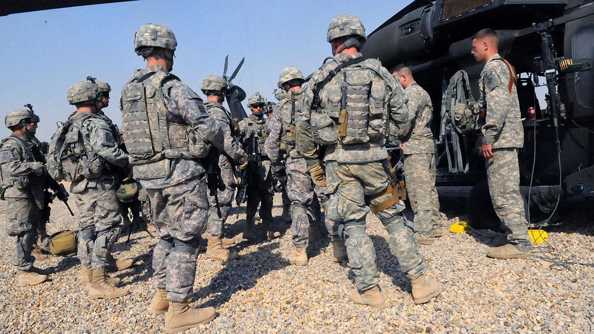 Армия США солдаты вертолет ближний восток
