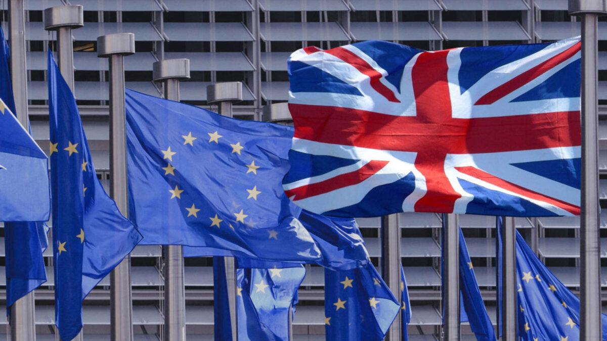 флаг Великобритании и флаги евросоюза