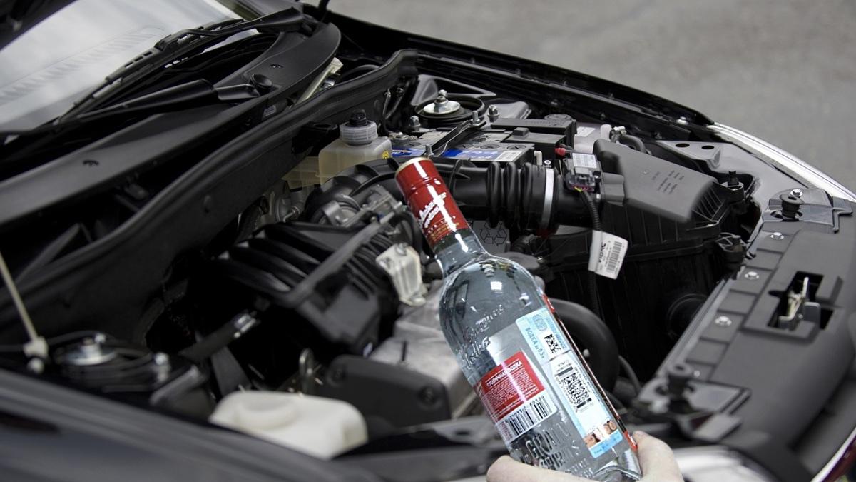бутылка водки и автомобиль