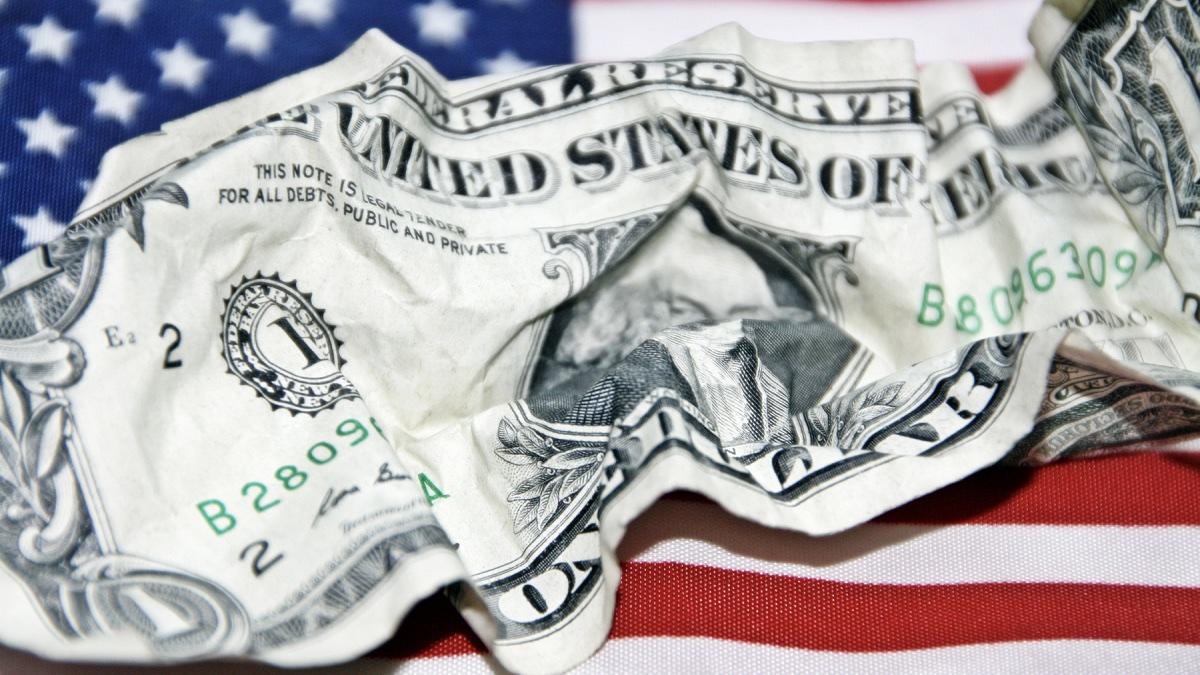 смятая купюра доллара США