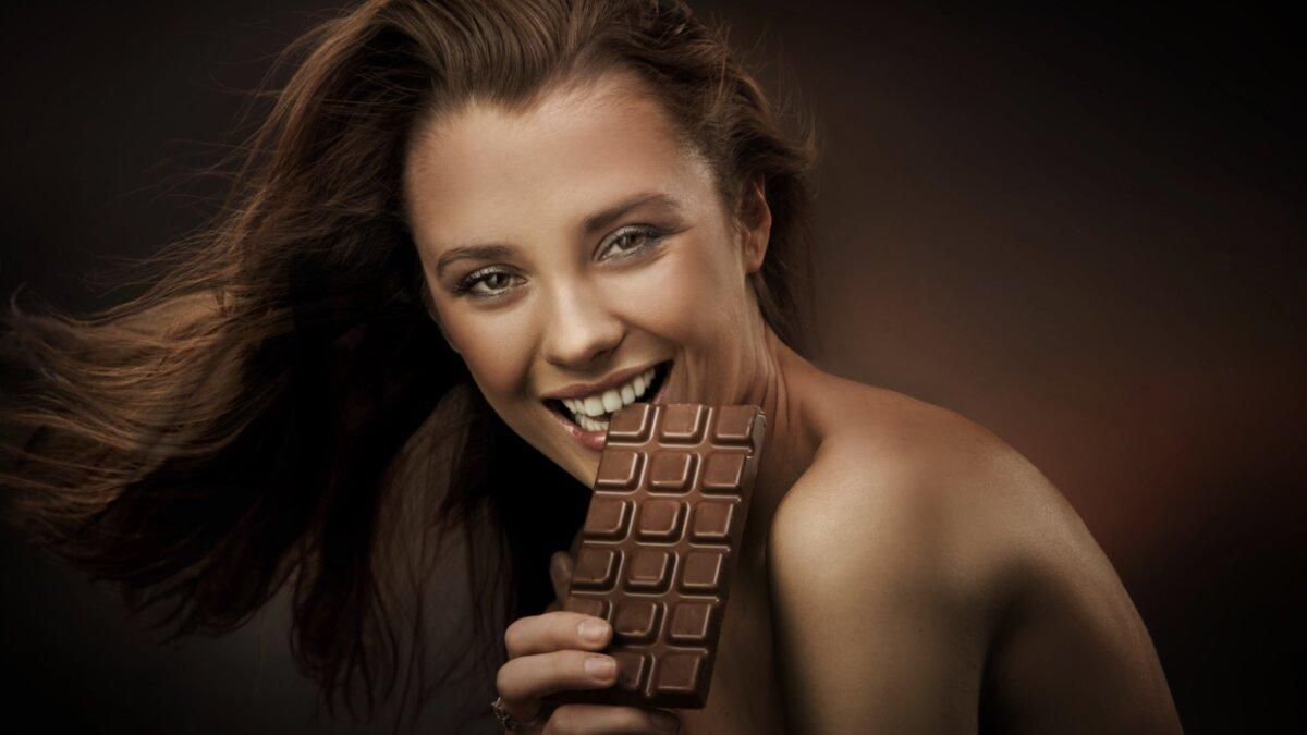 девушка ест темный шоколад