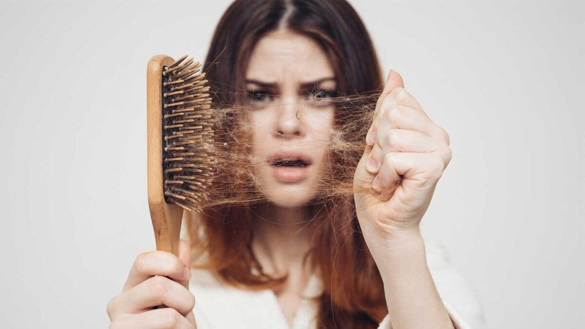девушка с расческой и проблемными волосами