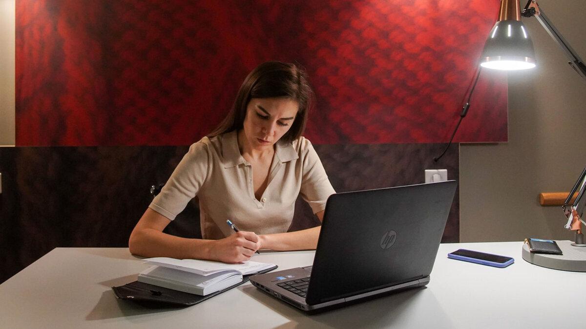 дистанционное обучение удаленка женщина за компьютером