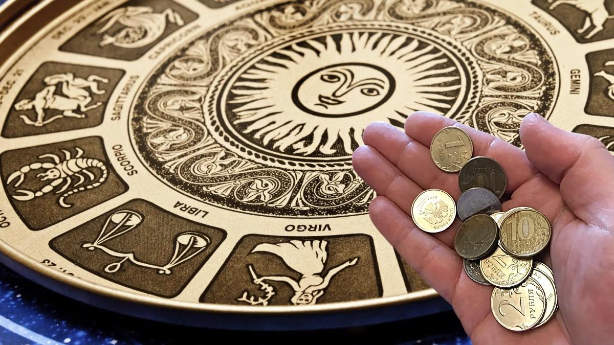 гороскоп и деньги в руке