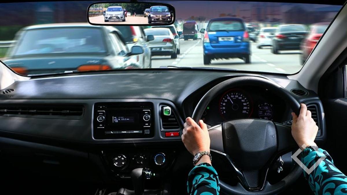 праворульный автомобиль на дороге