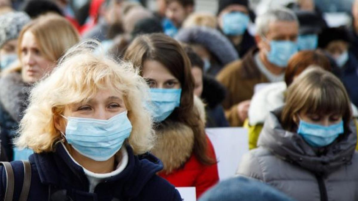 пандемия коронавируса прохожие в масках