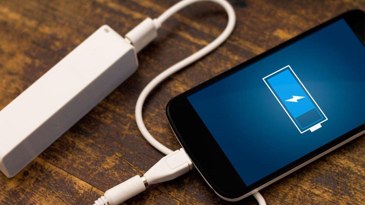 смартфон заряжается зарядное устройство