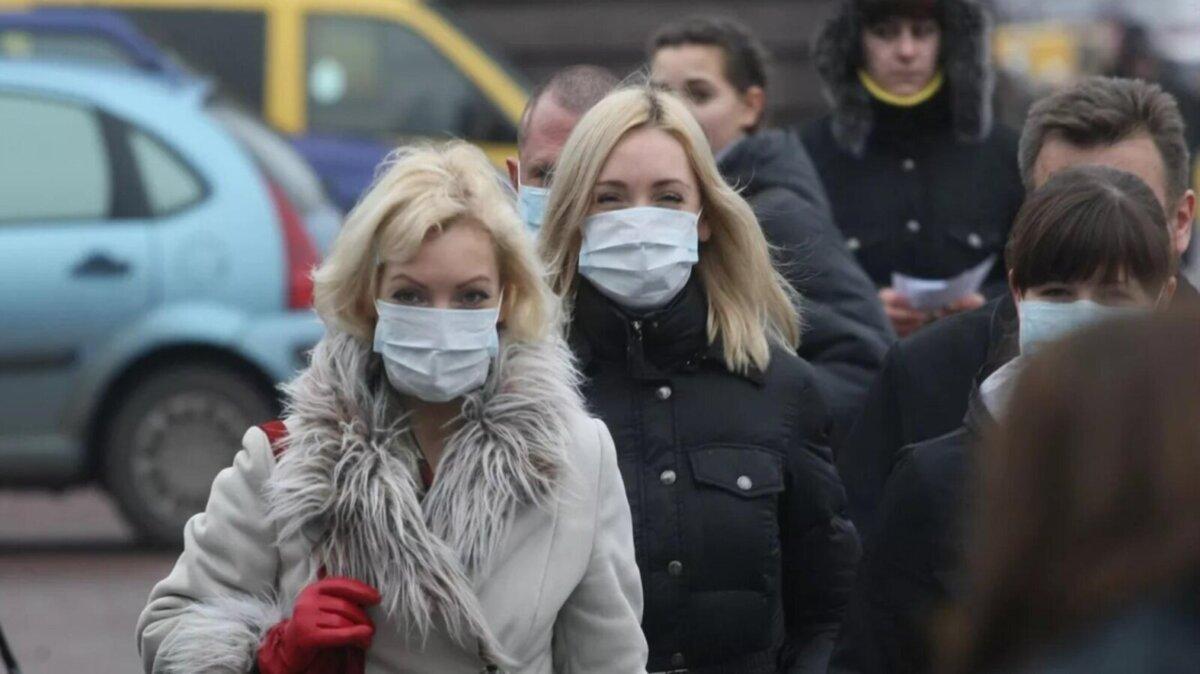 прохожие в масках на улице
