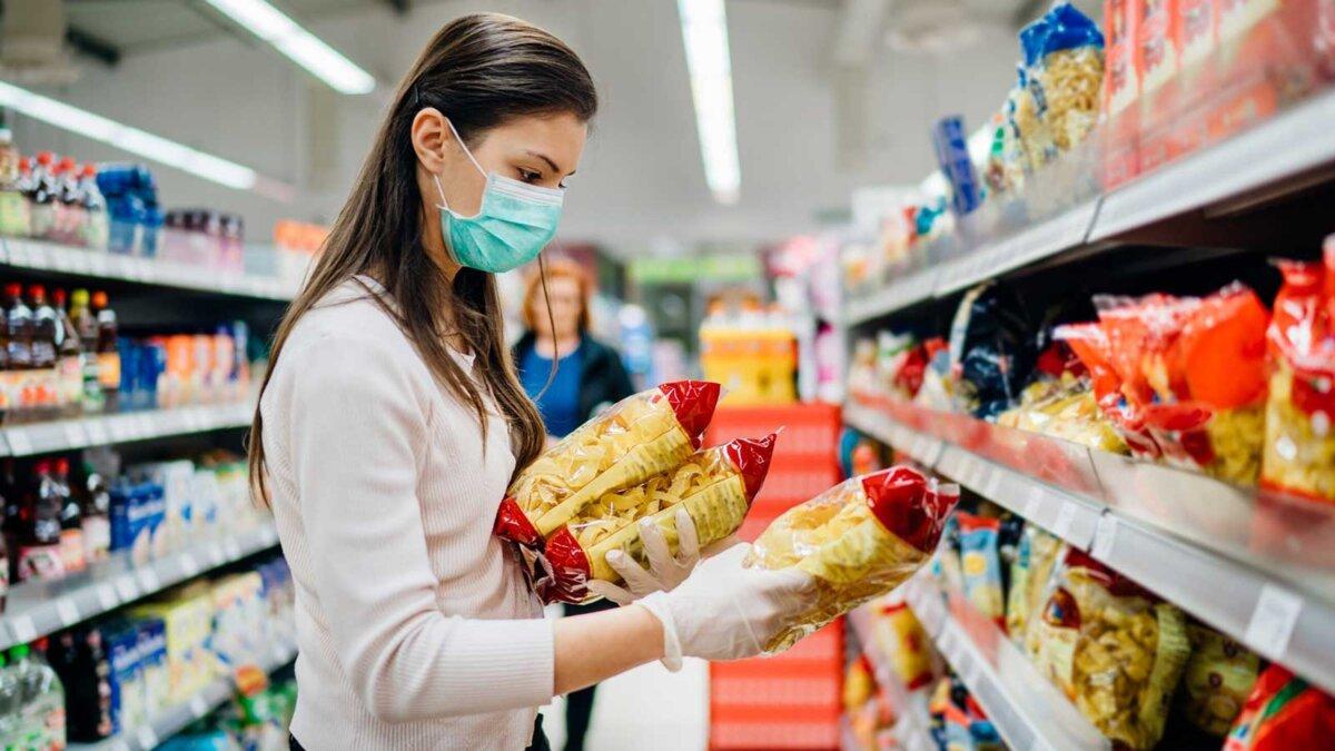 магазин девушка выбирает продукты макароны