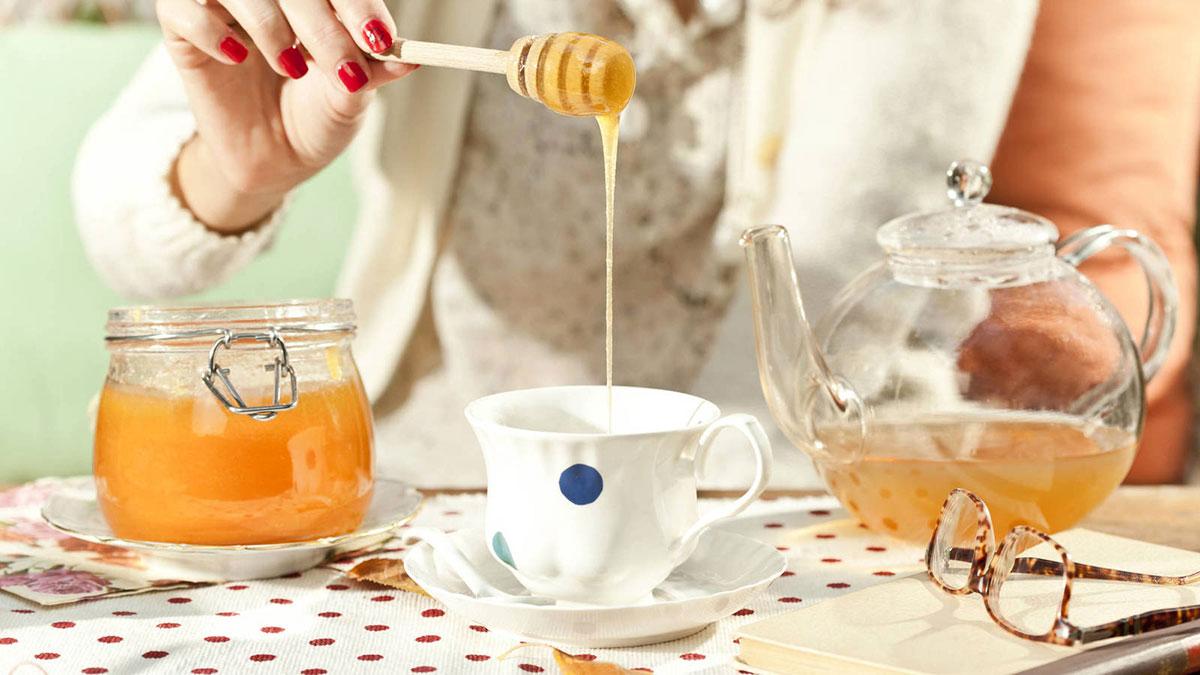 добавление меда в чай чаепитие
