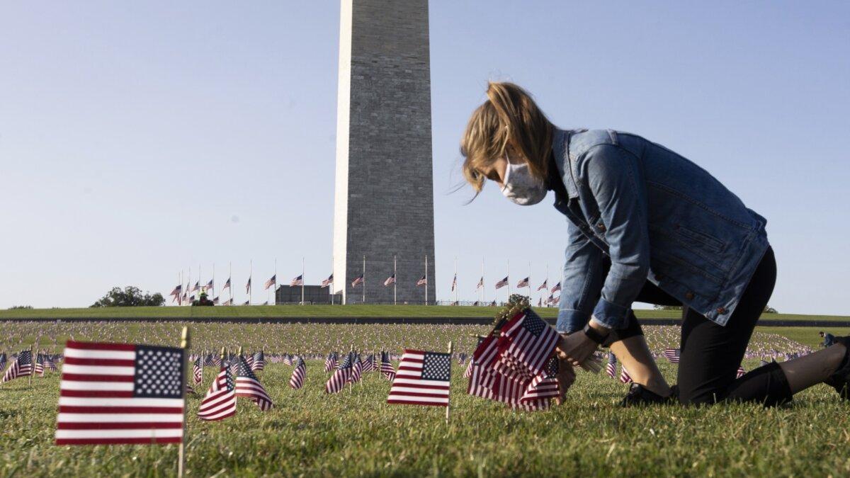 Мемориал памяти жертв коронавируса COVID-19 на Национальной аллее в Вашингтоне