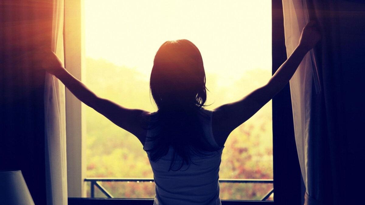 надежда женщина открывающая шторы рассвет утро