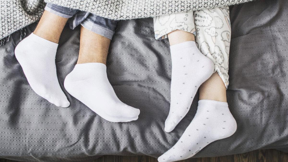 пара в носках сон одеяло кровать