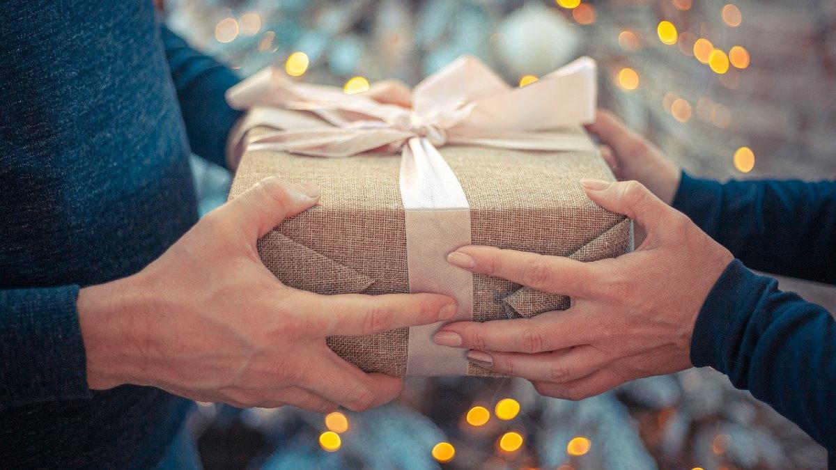 Новый год дарить подарок