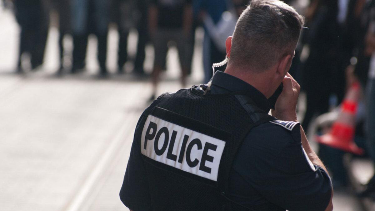 франция французский полицейский говорит по рации
