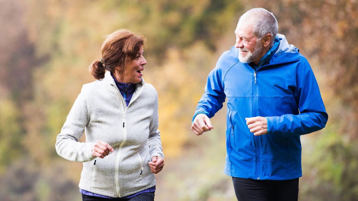 пробежка пожилая пара занятия спортом бег