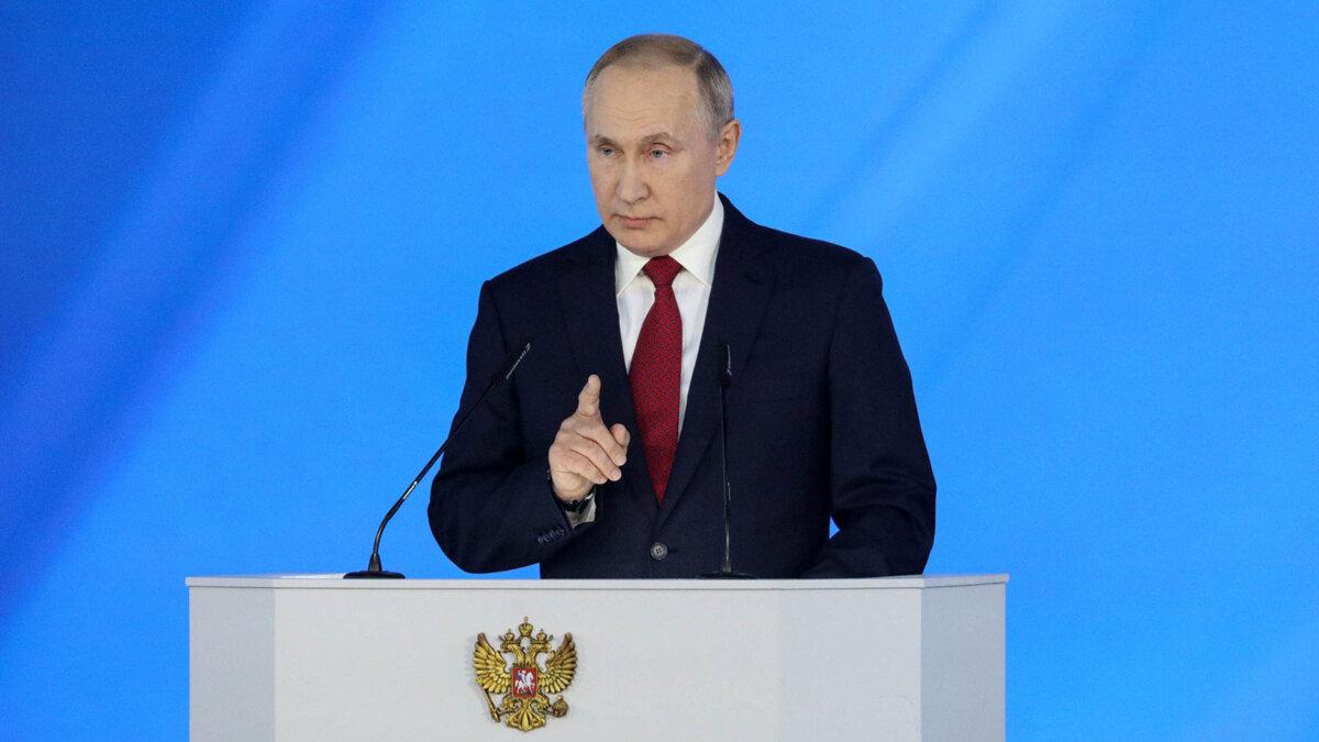 Президент РФ Владимир Путин у трибуны указывает пальцем