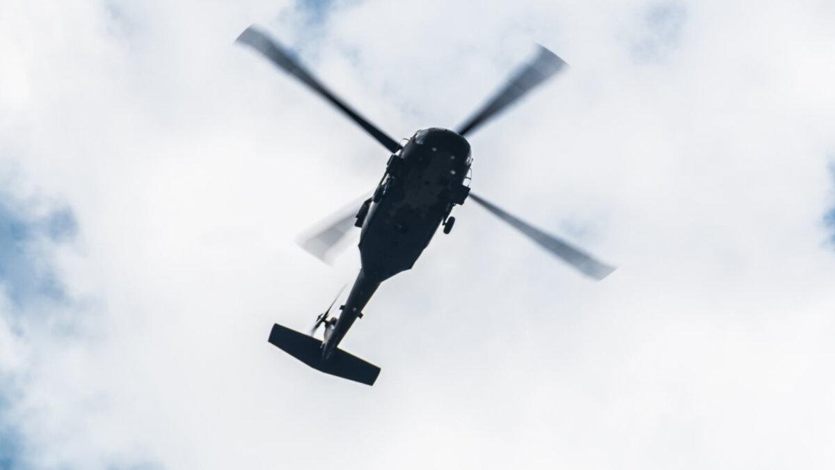 Силуэт вертолёта в небе