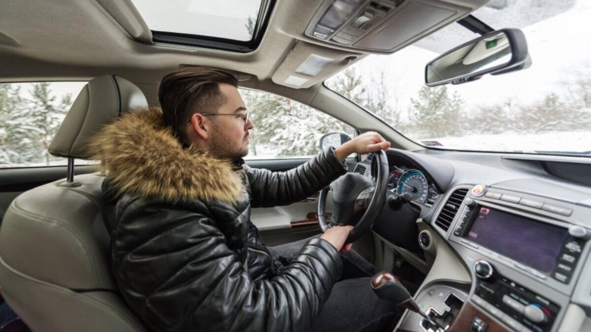 Водитель в пуховике зима