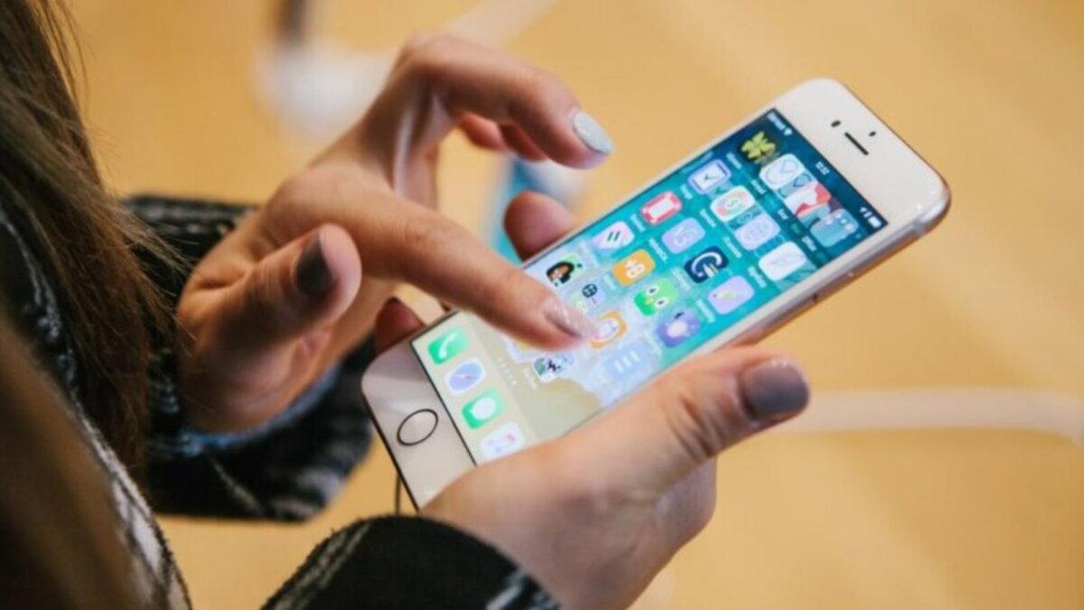 Телефон смартфон приложения жёлтый фон