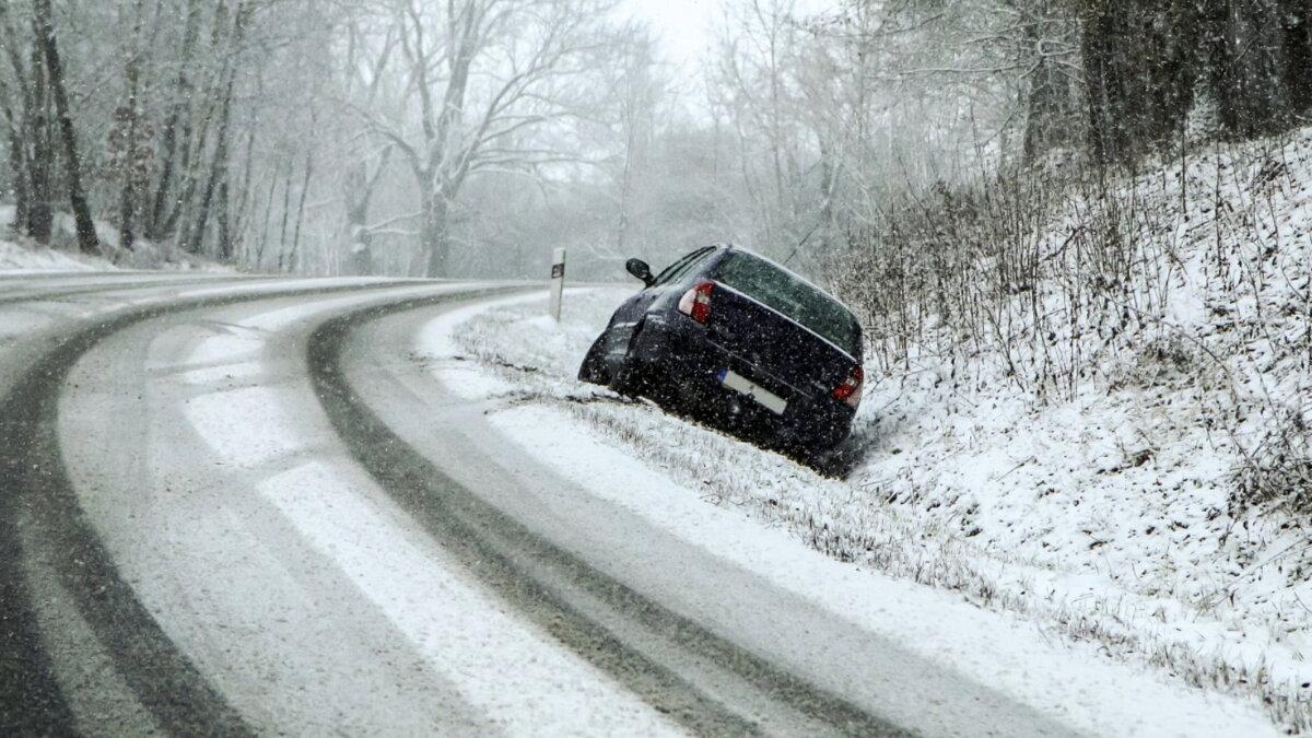 Машина зима занос кювет скользкая дорога
