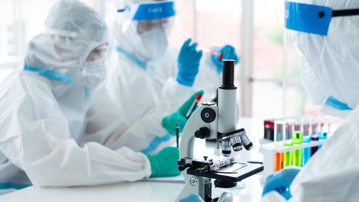 Лаборатория коронавирус исследование микроскоп