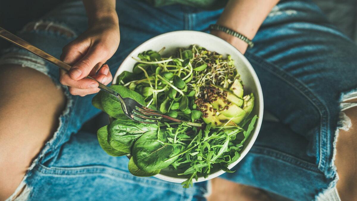 Вегетарианский салат шпинат руккола авокадо семена и ростки
