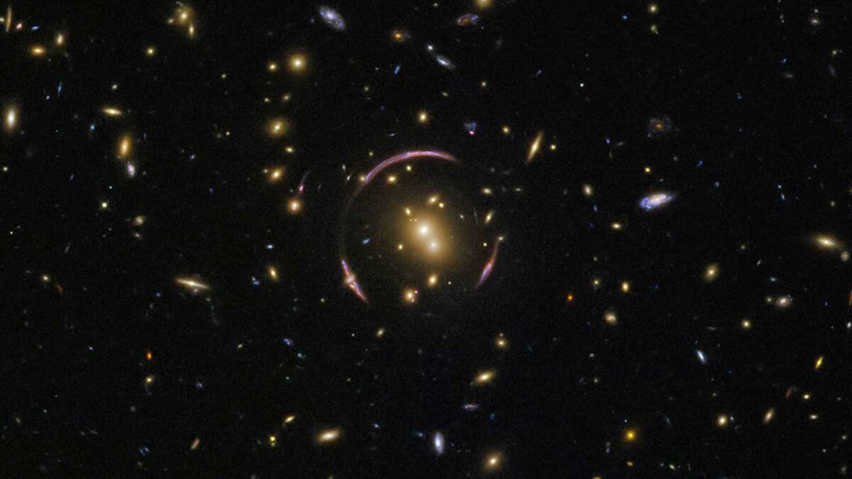 скопление галактик кольцо Эйнштейна