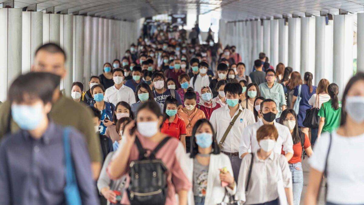 скопление людей в масках