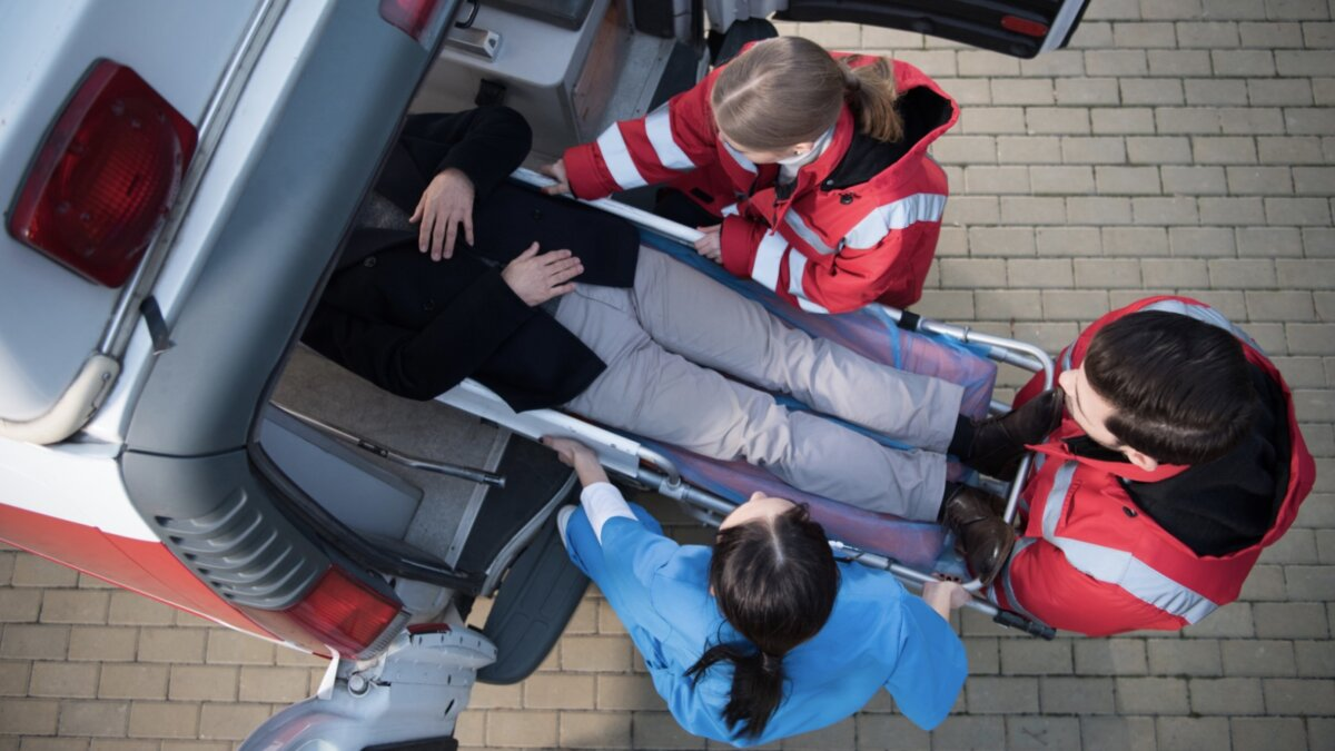 скорая помощь погрузка больного на носилках в машину