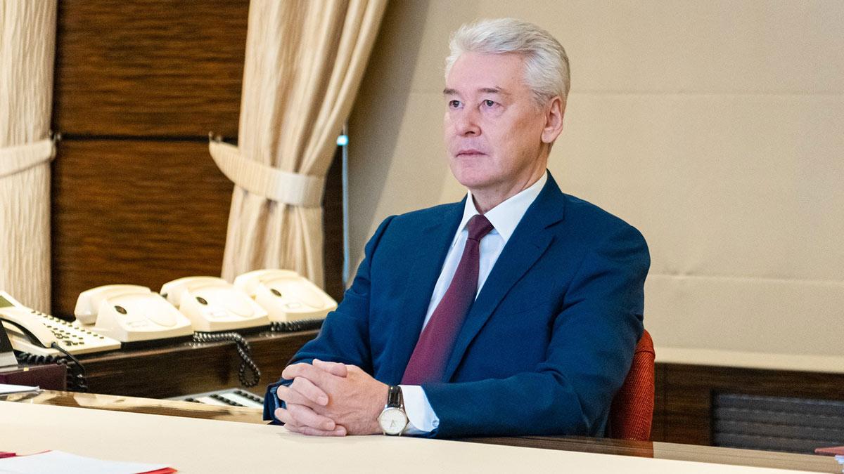 Сергей собянин сидит за столом кабинет