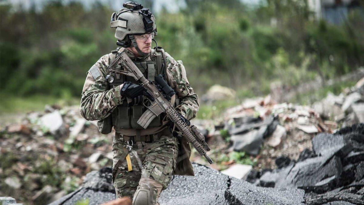 солдат украинской армии патрулирует soldier on patrol at modern battle field