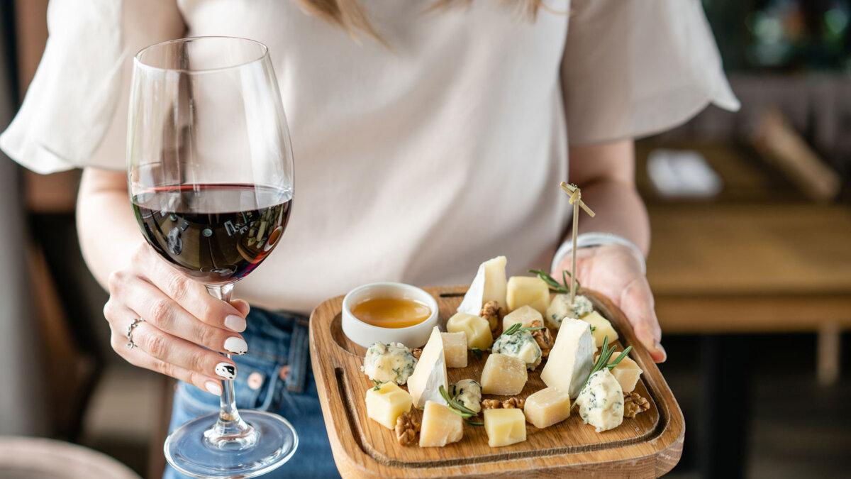 сыр ассорти бокал красного вина