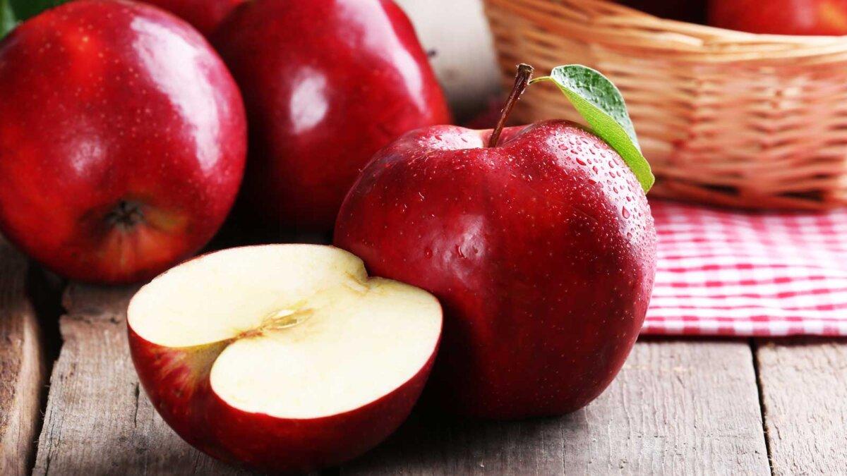 яблоки красные лежат на столе один