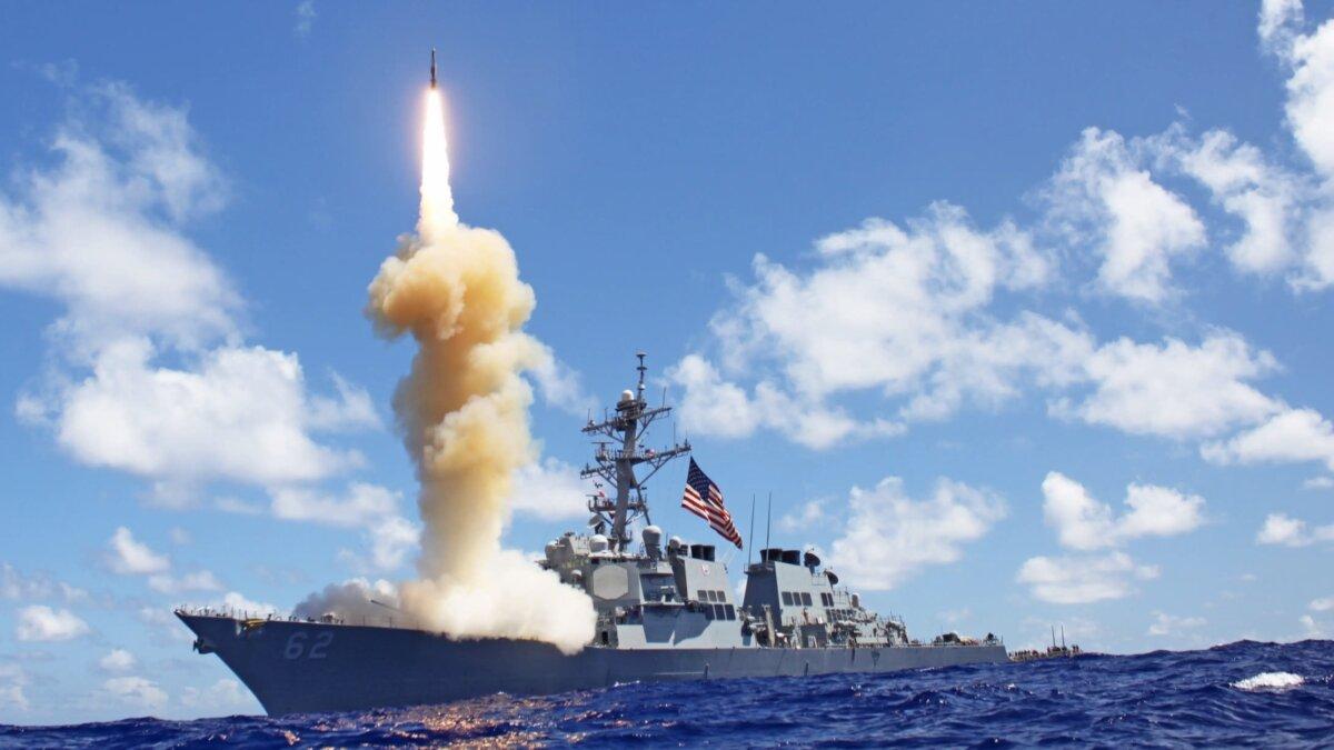 Эсминец с управляемыми ракетами USS Fitzgerald (DDG-62) запускает Standard Missile-3 в рамках учений по противоракетной обороне в Тихом океане 25 октября 2012 года