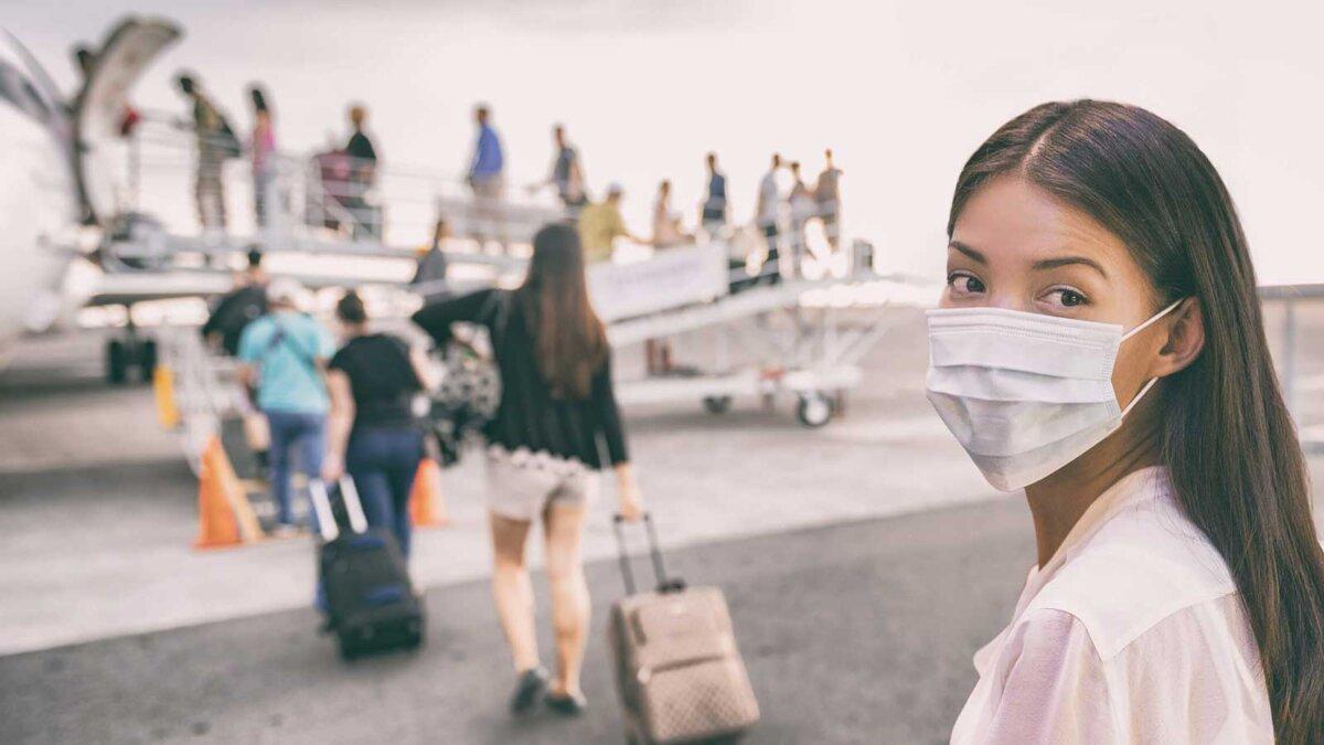 женщина самолет путешествие распространение ковид