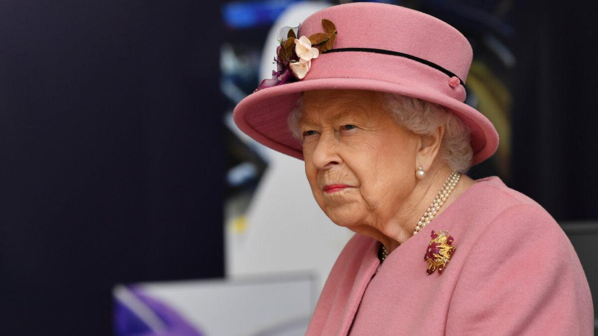 Королева Великобритании Елизавета II угрюмая