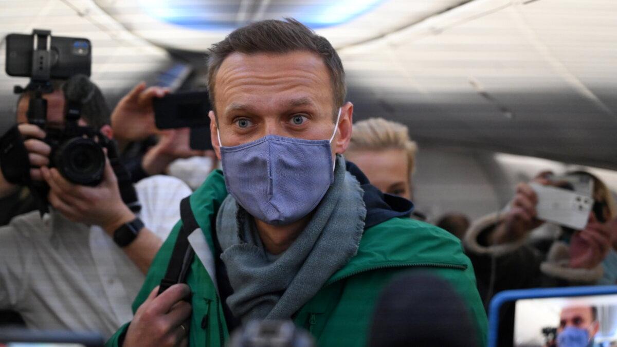Алексей Навальный вылетел из Берлина в Москву один