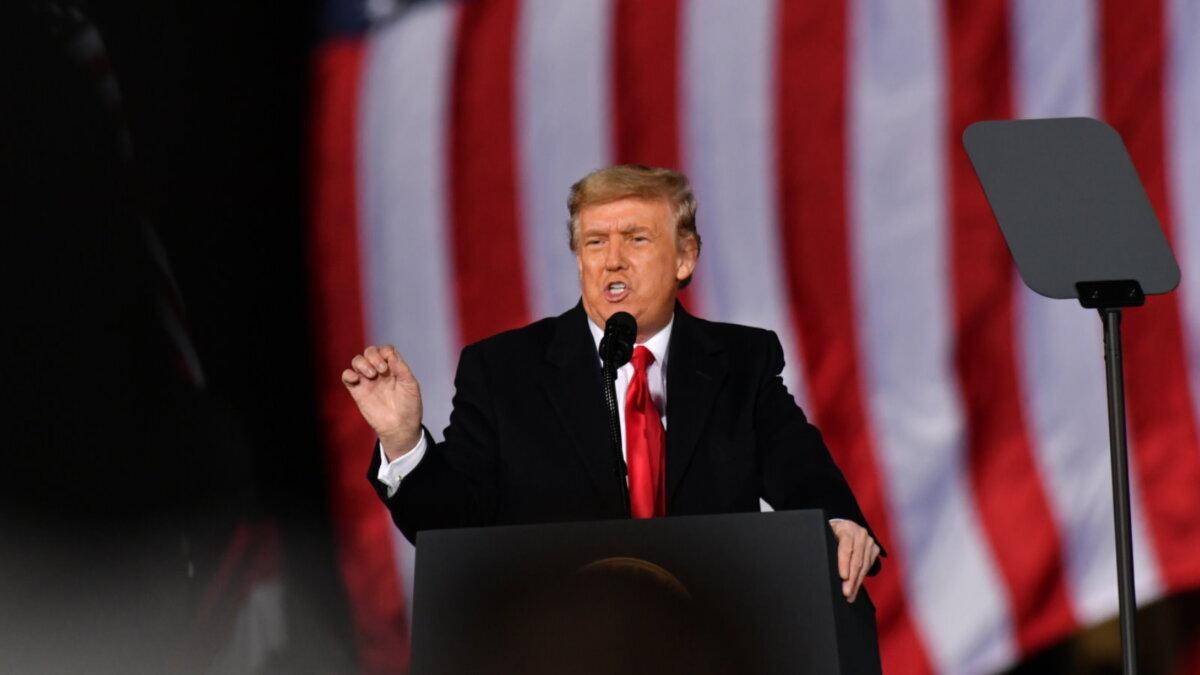 Дональд Трамп на фоне флага