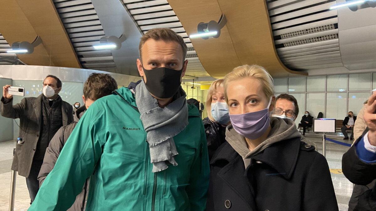 Навального задержали в Шереметьево