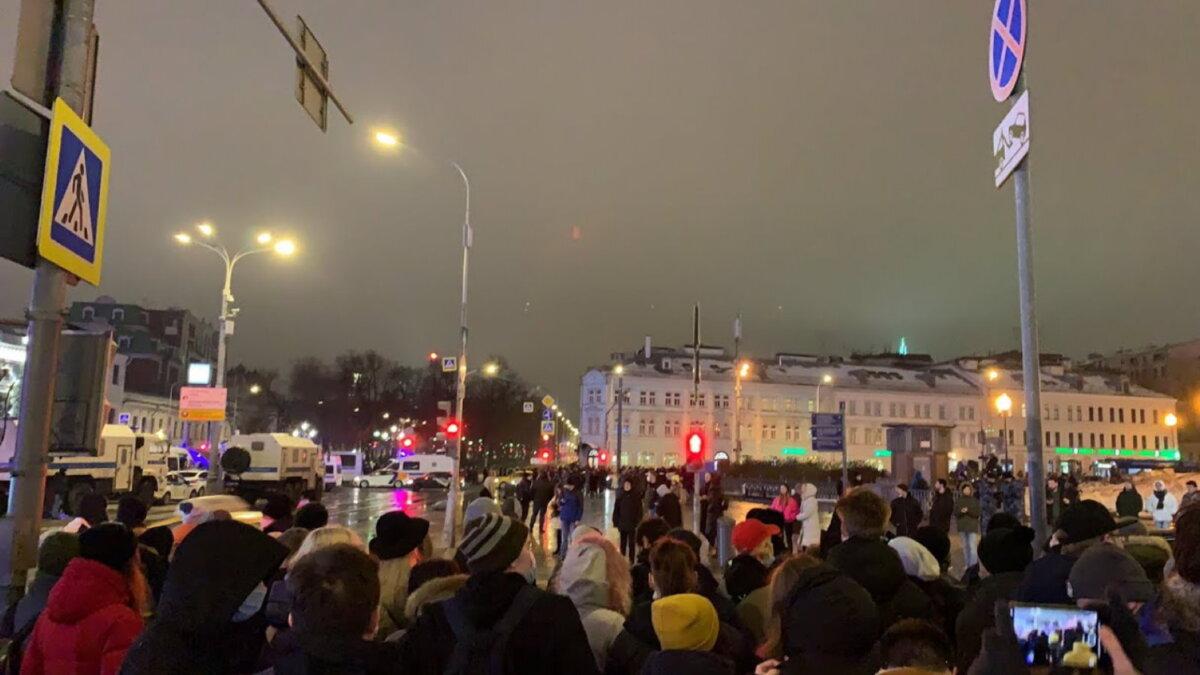 Москва протесты Навальный толпа два