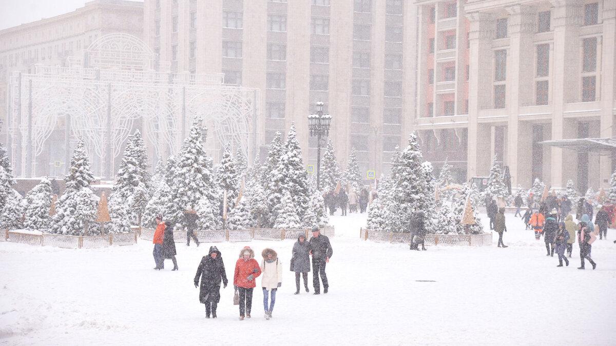Москва зима погода снегопад прохожие
