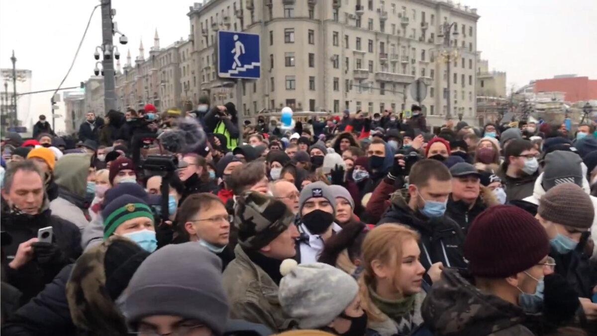 Москва протесты Навальный толпа один