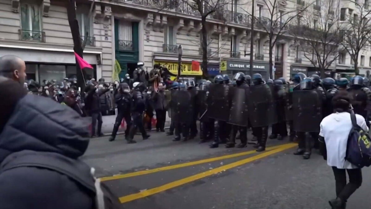 Париж протесты столкновения два