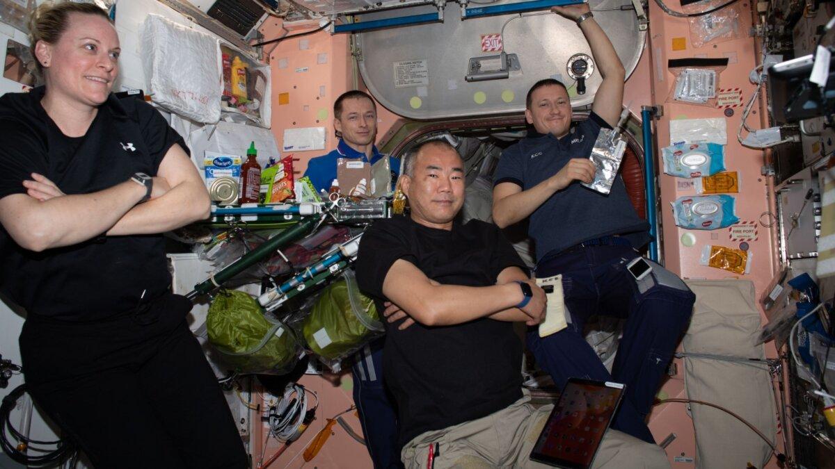 экипаж МКС еда невесомость