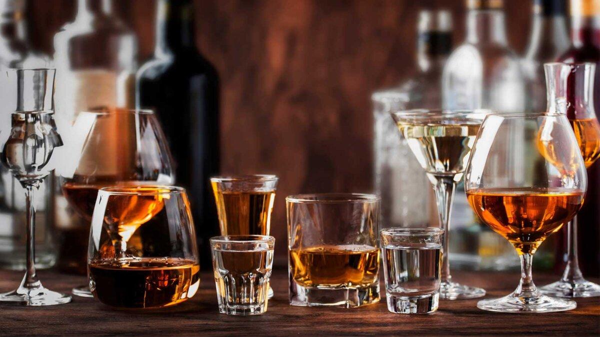 Алкоголь водка коньяк ром текила Hard alcoholic drinks in glasses in assortment vodka, cognac, tequila, brandy and whiskey, grappa, liqueur, vermouth, tincture, rum