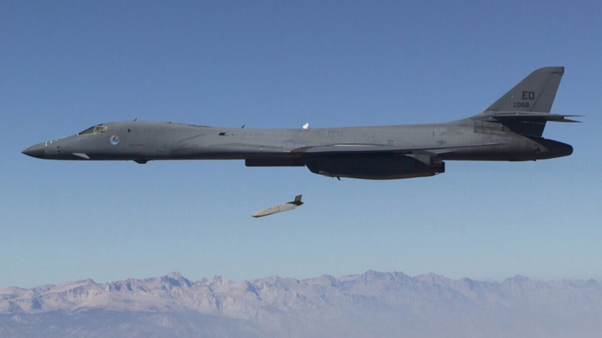 Бомбардировщик США B-1B запустил противокорабельную ракету AGM-158C LRASM