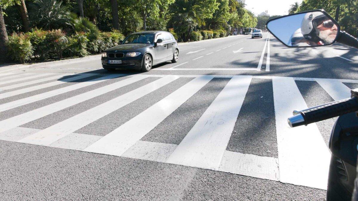 Черный автомобиль проехал стоп линию пешеходный переход black car stopped